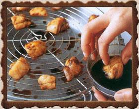 Сильно разогрейте гриль. Смажьте маслом решетку гриля и выложите на нее ломтики курицы. Обжаривайте мясо, пока не начнет выделяться сок, затем обмакните мясо в соус и снова положите на решетку. Жарьте по 30 секунд,с каждой стороны. Затем еще дважды обмакните мясо в соус и обжарьте.,