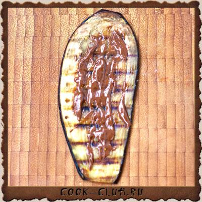 Рецепт приготовления РУЛЕТИКИ ИЗ БАКЛАЖАНОВ ПО-ГРУЗИНСКИ С ГРЕЦКИМИ ОРЕХАМИ, КИНЗОЙ, ЧЕСНОКОМ И ГРАНАТОМ - шаг № 9